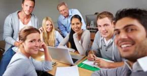 Glückliche Studenten mit Dozent